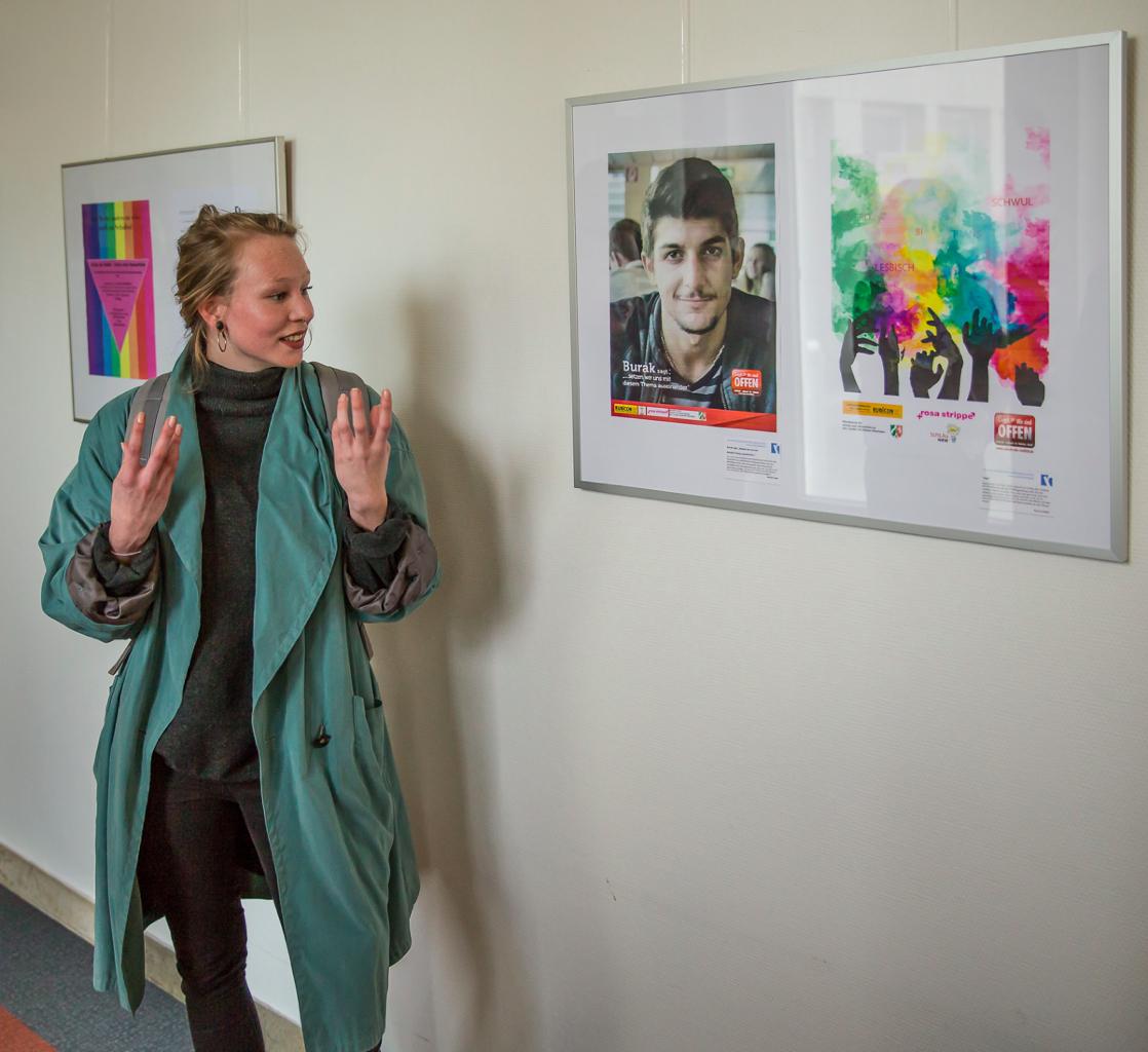 Ausstellungsrundgang - RRBK-Schülerin Nora Langen erläutert ihren Entwurf