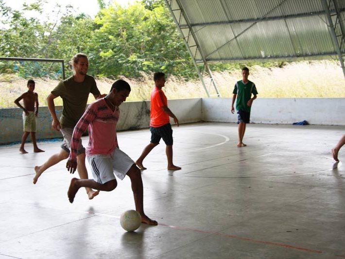 Projeto Brasil 2015: Fußballspiel mit den Jugendlichen vor Ort