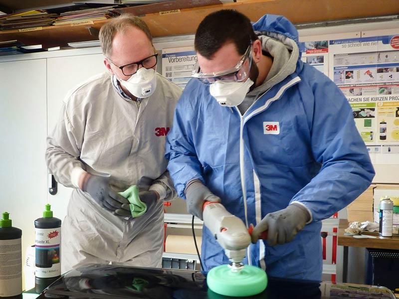29.2.2016: Fahrzeuglackierer machen Oberflächenaufbereitung