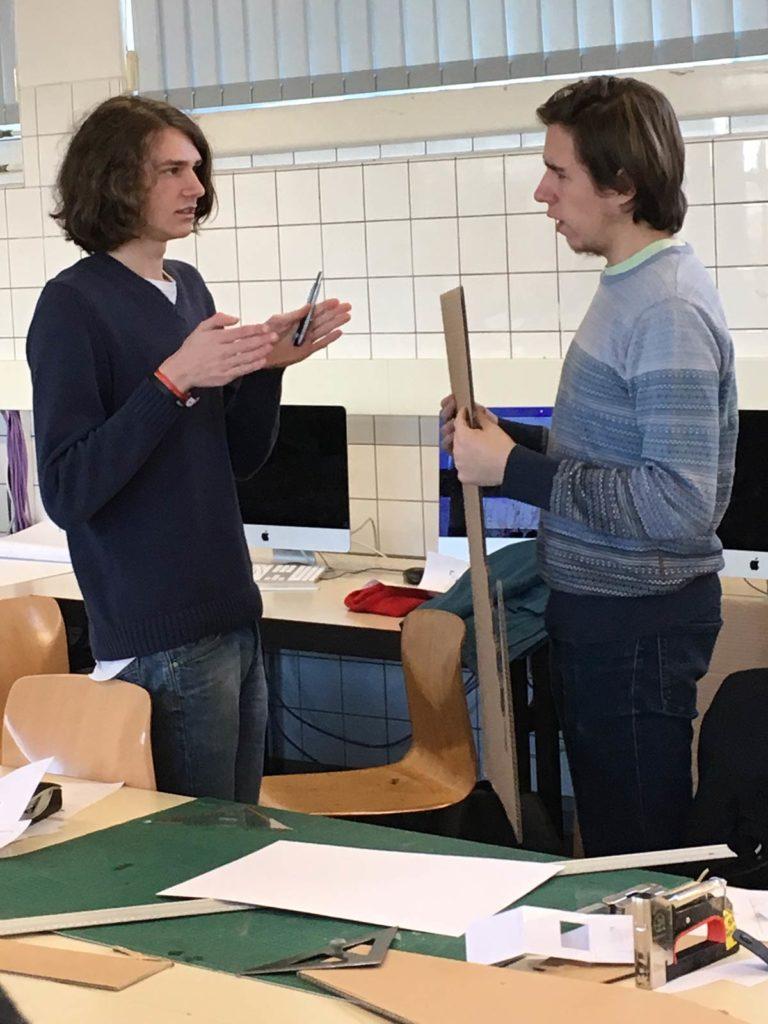 Schüler der AS3O1 Grafik-/Objektdesign bei der Arbeit an Aufstellern
